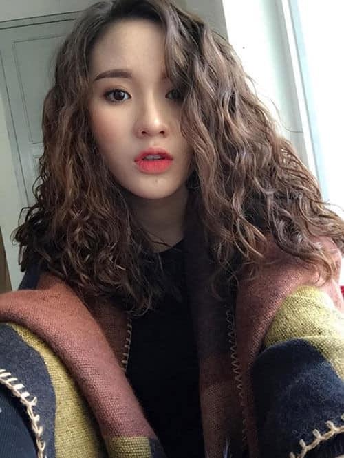 Kiểu tóc xoăn dài đẹp 2021 khiến chị em mê mẩn - Ảnh 20