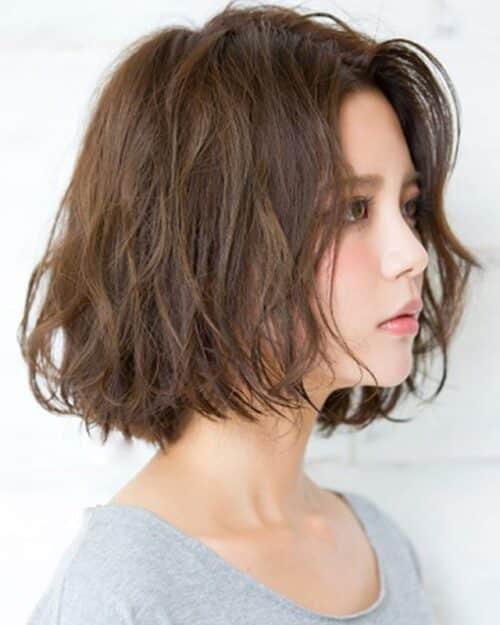 Tóc ngắn xoăn sóng lơi mang đến nét đẹp nhẹ nhàng