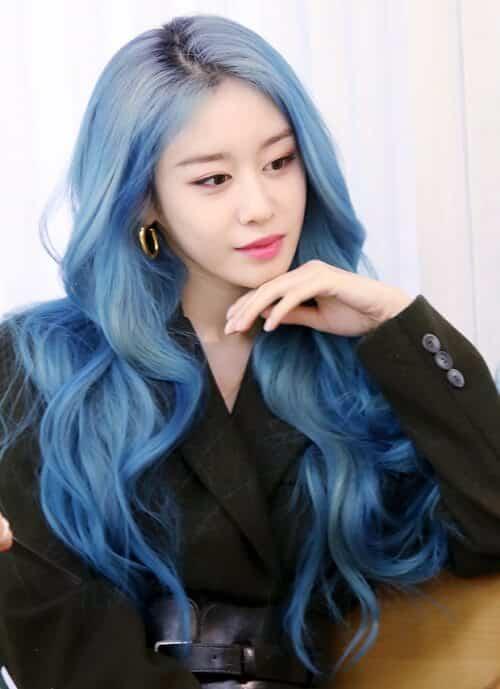 Màu tóc xanh dương tuy kén màu da nhưng khiến bạn cực kỳ thu hút