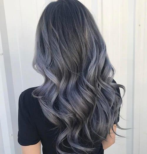 Màu tóc than chì không quá rực rỡ khiến bạn nữ vô cùng nổi bật