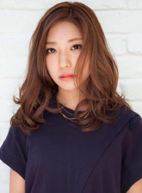 Kiểu tóc xoăn đuôi ngang vai lọn to che khuyết điểm của nhiều khuôn mặt