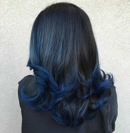 Màu nhuộm xanh đen kết hợp với kiểu tóc xoăn sóng