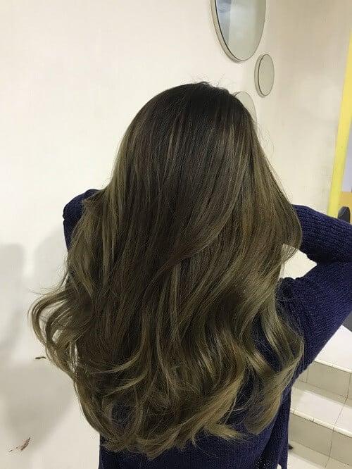 Dù còn đang đi học hay đã đi làm, bạn hãy thử nhuộm tóc màu nâu rêu truyền thống này xem sao nhé?
