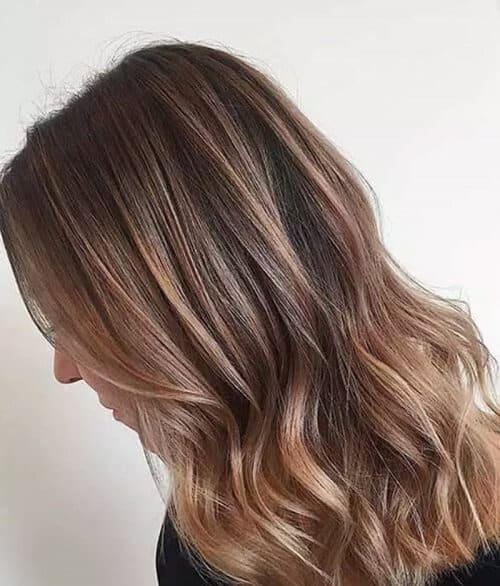 Balayage màu nâu nhạt với lớp tóc dưới nâu đỏ