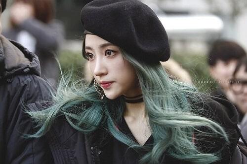Tóc xoăn màu xanh rêu
