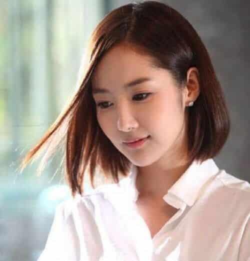 Kiểu tóc ngắn thẳng rẽ ngôi giữa
