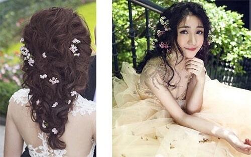 Tóc cô dâu cài hoa tươi