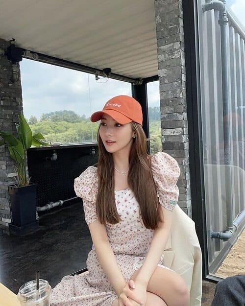"""Dù """"lên đồ"""" đơn giản, trang điểm nhẹ nhàng thì Park Min Young trông vẫn cực sành điệu trong màu tóc kem caramel"""