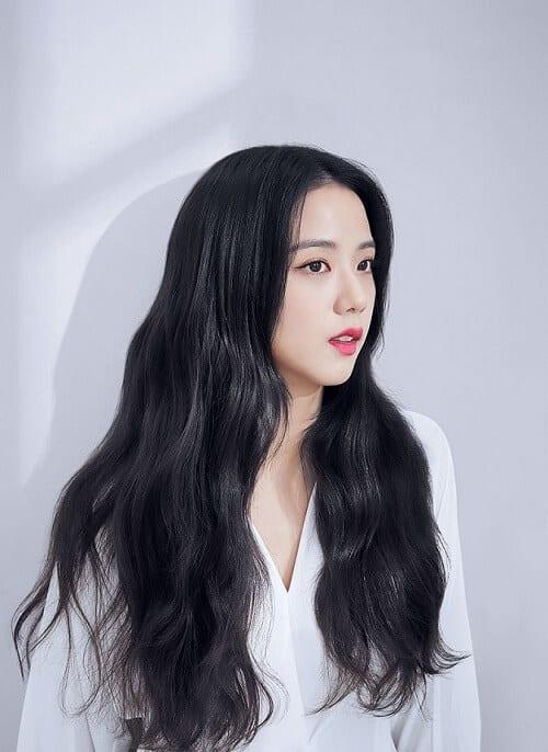 Màu tóc đen truyền thống khiến Jisoo (BLACKPINK) trông nền nã nhưng vẫn thần thái hết sức